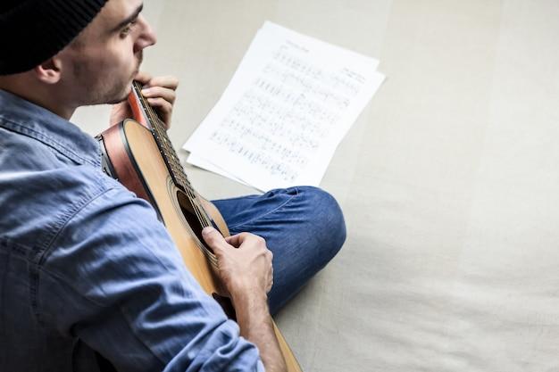 Tocando uma música folk no violão em casa