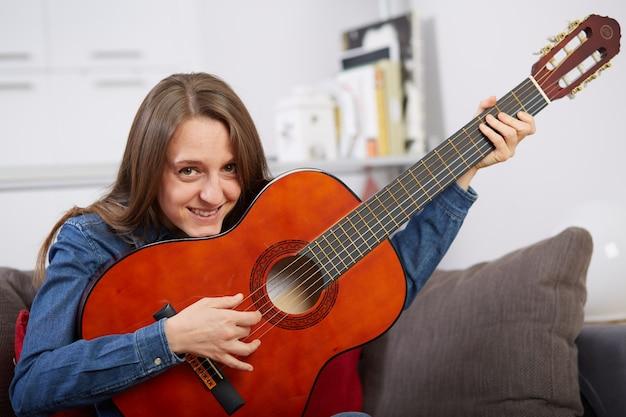 Tocar guitarra mulher em casa