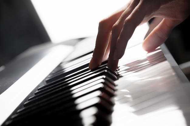 Tocar piano. fechar-se
