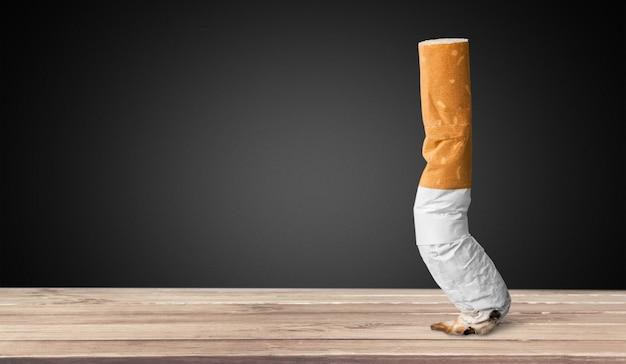 Toco de cigarro fumado em fundo de madeira