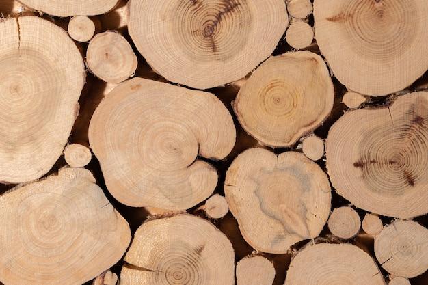 Tocos de árvore de zimbro colados em close-up.