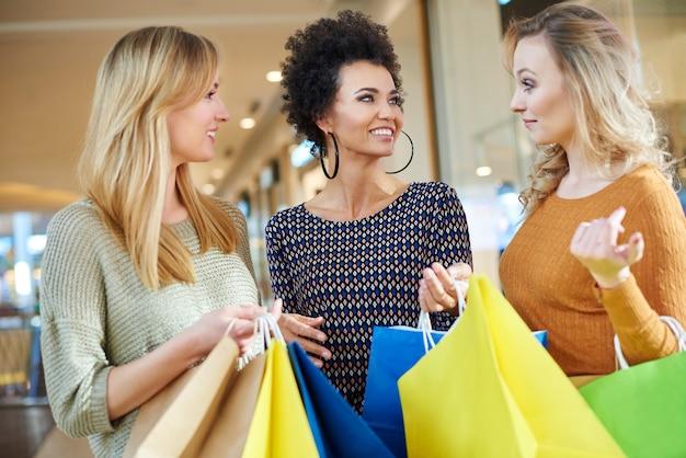 Toda garota gosta de fazer compras com os amigos