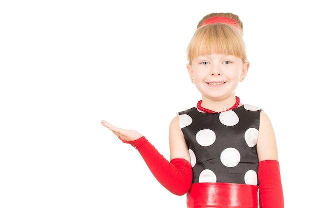 Todo mundo vai adorar isso. foto recortada de uma menina apontando para um copyspace na lateral isolada no branco