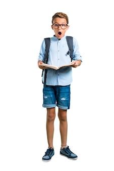 Todo o corpo do garoto estudante com mochila e óculos, segurando um livro. de volta à escola