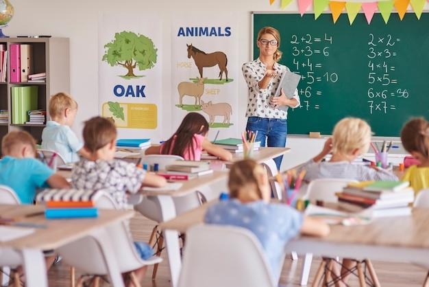 Todos os alunos durante a aula