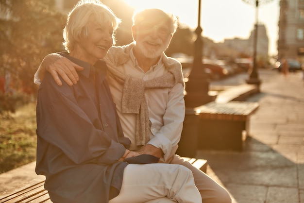 Todos os dias é melhor com você feliz e lindo casal sênior em roupas casuais sorrindo enquanto