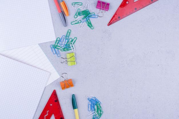 Todos os tipos de ferramentas de escritório ou escola isoladas em cinza.