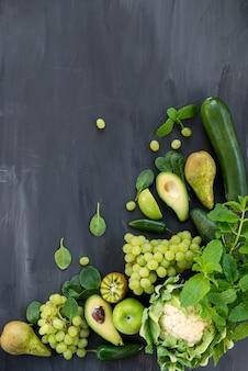 Todos os vegetais e frutas verdes em fundo escuro