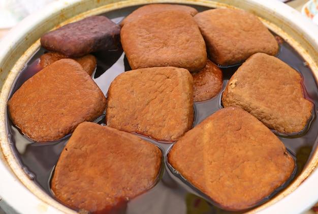 Tofu cozido em uma panela, um alimento popular de taiwan