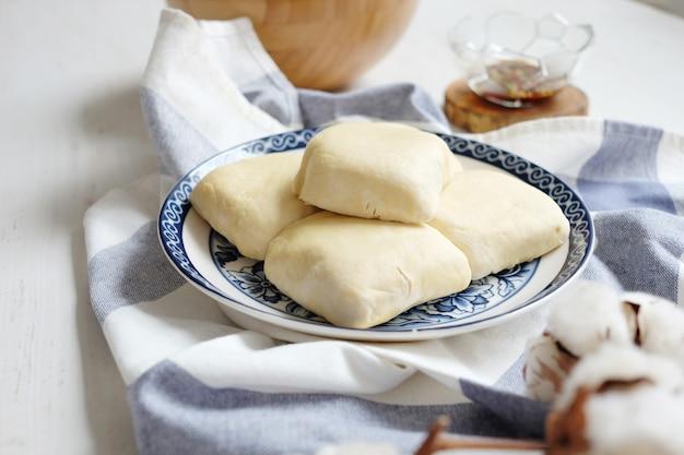 Tofu cru branco macio na placa cerâmica com tecido