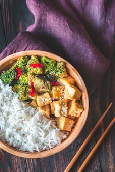 Tofu e brócolis salteados com arroz branco
