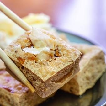 Tofu fedorento frito, coalhada de feijão fermentada com vegetais de repolho em conserva, comida de rua famosa e deliciosa em taiwan, estilo de vida.