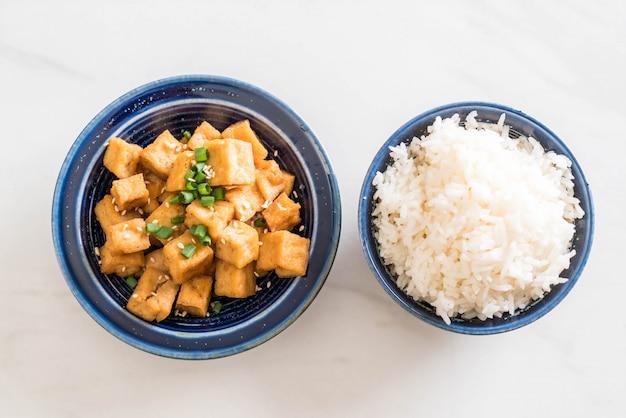Tofu frito em uma tigela com gergelim