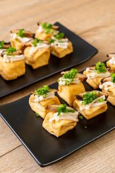 Tofu grelhado com cogumelo shitake e cogumelo agulha dourada