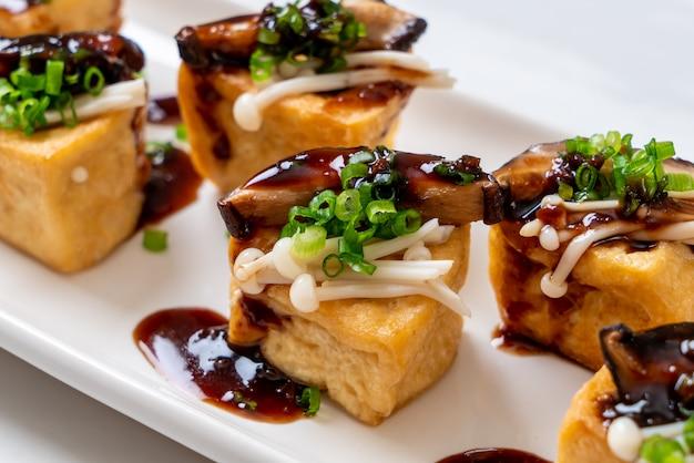 Tofu grelhado com cogumelo shitake e cogumelo agulha dourado