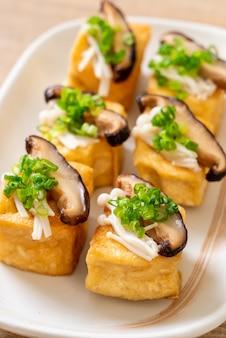 Tofu grelhado com cogumelo shitake e cogumelo com agulha dourada