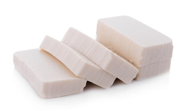 Tofu isolado no fundo branco