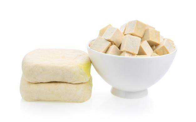 Tofu na taça sobre o fundo branco