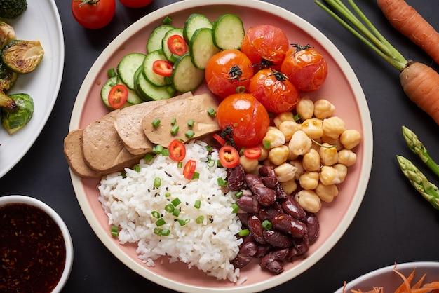 Tofu orgânico saudável e tigela de buda de arroz com vegetais.