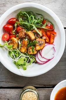 Tofu vitrificado com salada sobre riceberry