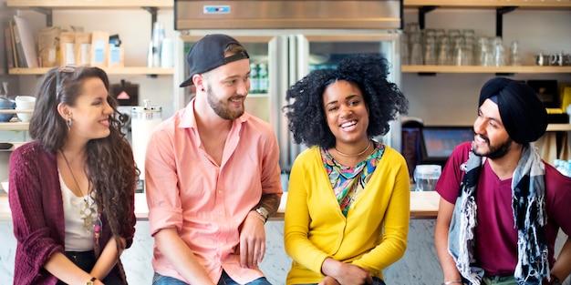 Togetherness african descent digital devices mulheres alegres jovens