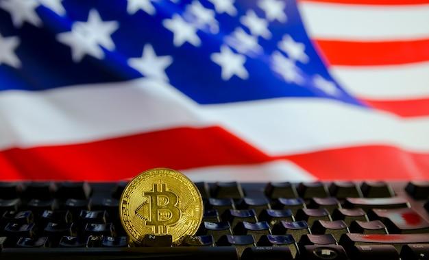 Token de moeda bitcoin ada moeda digital criptografada com a bandeira dos eua atrás