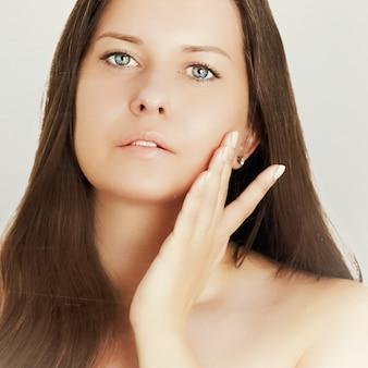 Tom de pele bronzeado e rotina de beleza linda modelo feminino morena com rosto bronzeado natural. retrato de mulher jovem