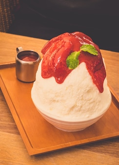 Tom do vintage - morango bingsu do gelo, gelado coreano famoso.