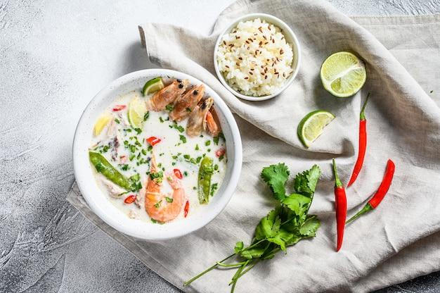 Tom kha gai. sopa cremosa de coco picante com frango e camarão. comida tailandesa. vista do topo