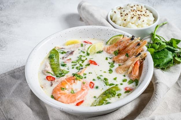 Tom kha gai. sopa cremosa de coco picante com frango e camarão. comida tailandesa