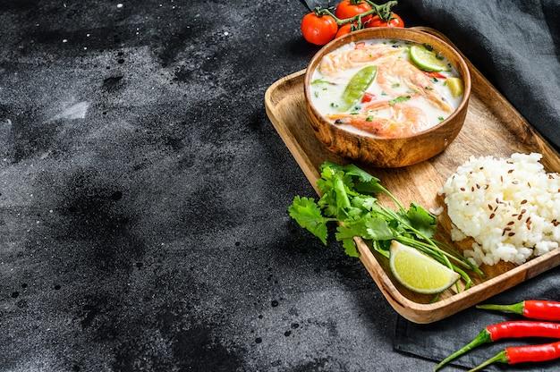 Tom kha gai. sopa cremosa de coco picante com frango e camarão.