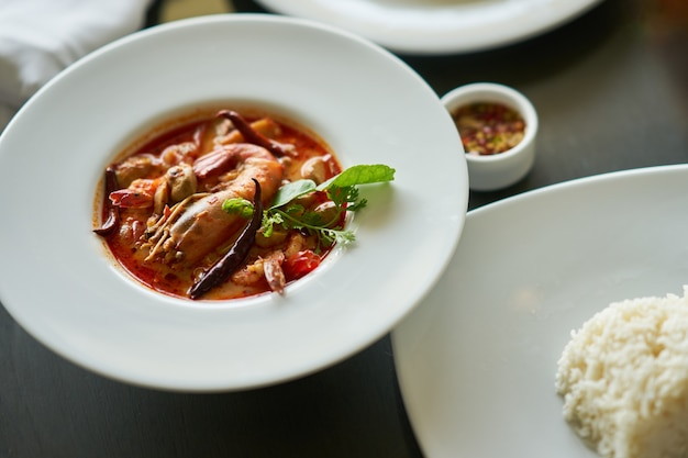 Tom yam kung com arroz e molho de peixe mergulhar no famoso prato tradicional tailandesa
