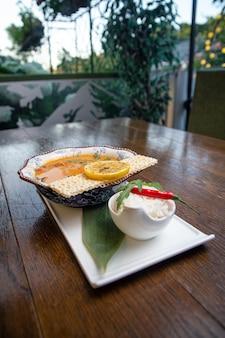 Tom yam spicy thai sopa com camarão, frutos do mar, leite de coco e arroz