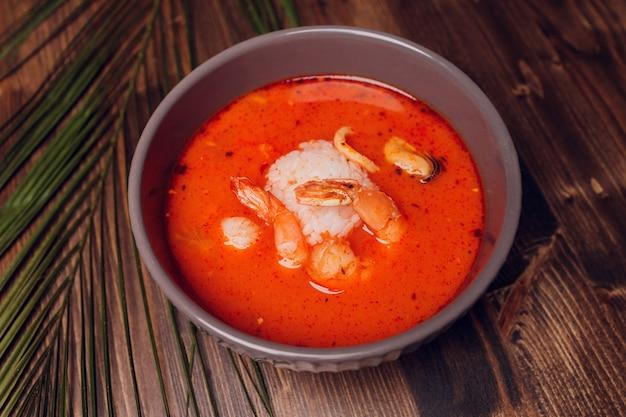 Tom yum goong spicy sour sour na mesa de mármore