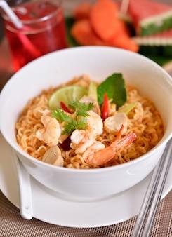 Tom yum kung com macarrão, comida tailandesa