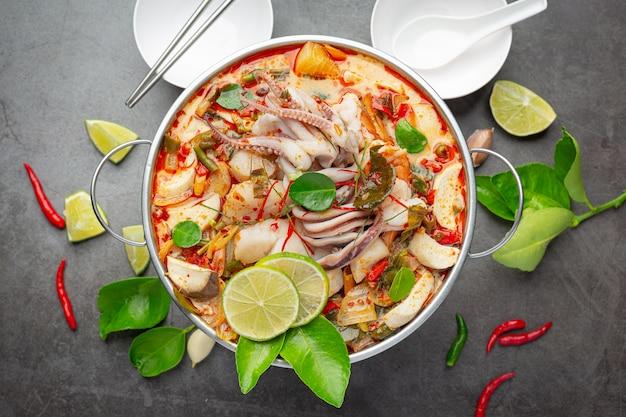Tom yum misturou frutos do mar em sopa espessa, panela quente, comida tailandesa picante.