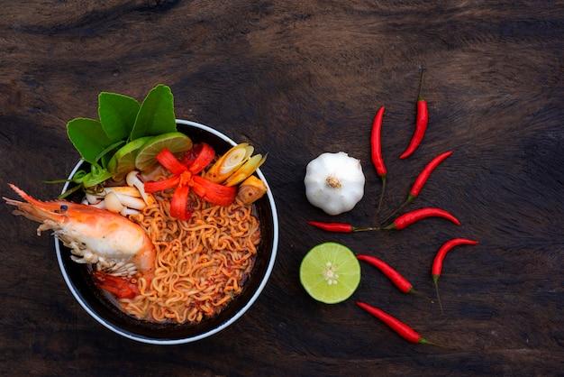 Tom yum noodle shrimp comida tailandesa com um sabor picante. uma mistura de especiarias