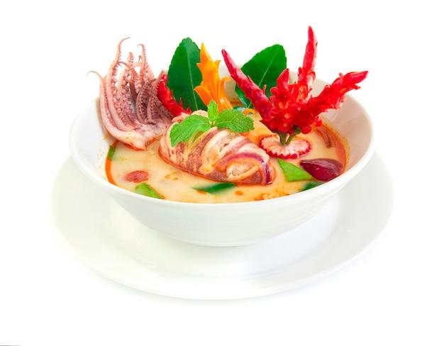 Tom yum pla muek thaifood sopa apimentada com lula