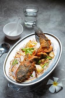 Tom yum snakehead peixe panela quente comida tailandesa.
