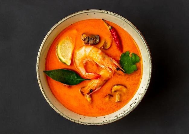 Tom yum sopa. cozinha tailandesa. alimentação saudável. receitas.