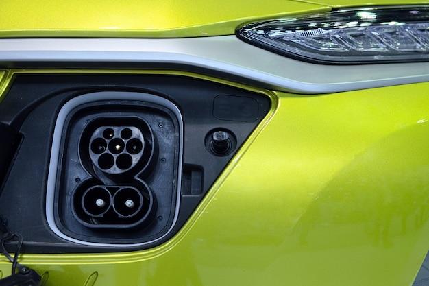 Tomada de close-up conectando de veículo inteligente (ev) para conectar com máquina de carregador elétrico para bateria recarregável