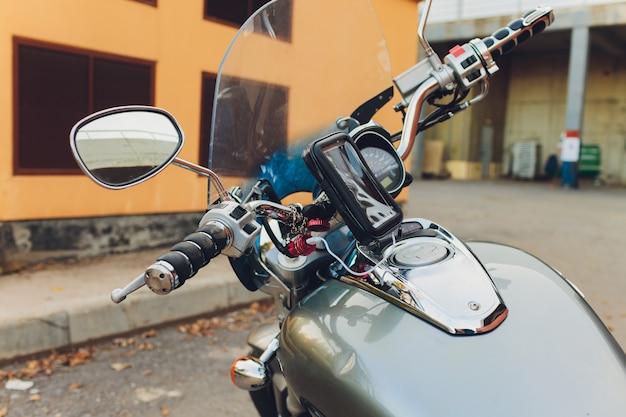 Tomada de corrente para o telefone móvel do carregador em uma motocicleta moderna, ascendente próximo e foco seletivo.