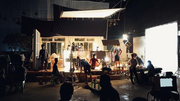 Tomada de vídeo de filme em grande estúdio de produção e equipe de equipe de filmagem filmando ou gravando por professores