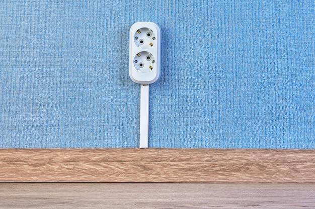 Tomada elétrica conectada com frool com ajuda de canal de cabo.