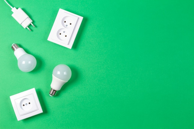 Tomadas de energia elétrica brancas, plugues de energia, lâmpadas de luz. vista do topo
