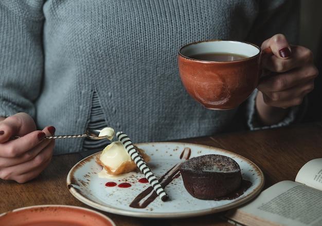 Tomando café com creme brulee e fondue de cacau