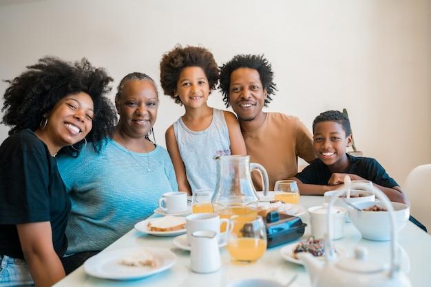 Tomando café da manhã juntos em casa de família.