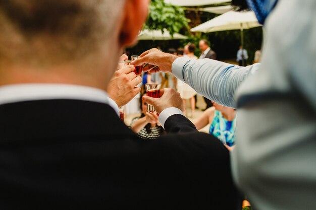 Tomar uma bebida em um casamento