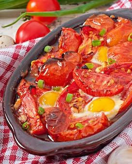 Tomate assado com alho e ovos decorados com cebolinha