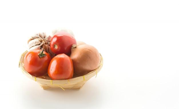 Tomate, cebola e alho na cesta